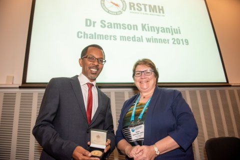 Dr Kinyanjui receives the Chalmers Medal from now Past President, Professor Sarah Rowland-Jones