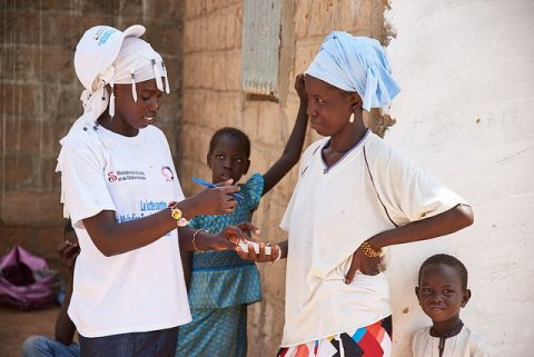 During a mass drug administration in Touba, Senegal, a health worker explains the dosage of Zithromax, a trachoma-fighting antibiotic, to Mbène Dieng at her home.© RTI International/Sam Phelps