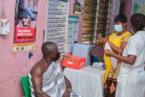 On 2 March, a health worker at the Asuofua Health Center in Ghana's Ashanti region draws up a shot of a COVAX COVID-19 vaccine, delivered earlier the same day by a Zipline drone. Photo: Samuel Moore / 2021